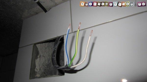Po pripojení k nabíjačke alebo k iným zariadeniam zariadenie automaticky vykoná.